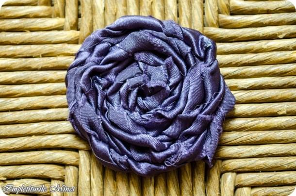 Trandafir realizat din material textil