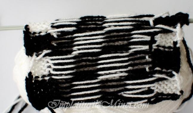 """Modelul de tricotat """"Tablă de șah în alb și negru""""   Împletiturile Minei"""